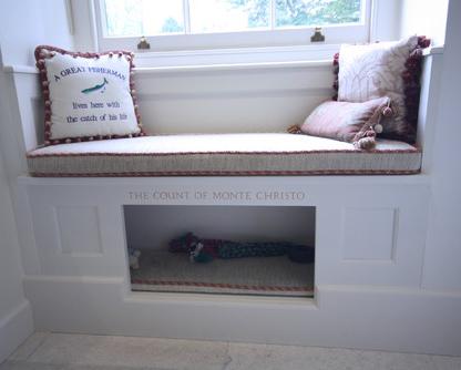 Casinha de cachorro incorporada à marcenaria debaixo da baywindow.