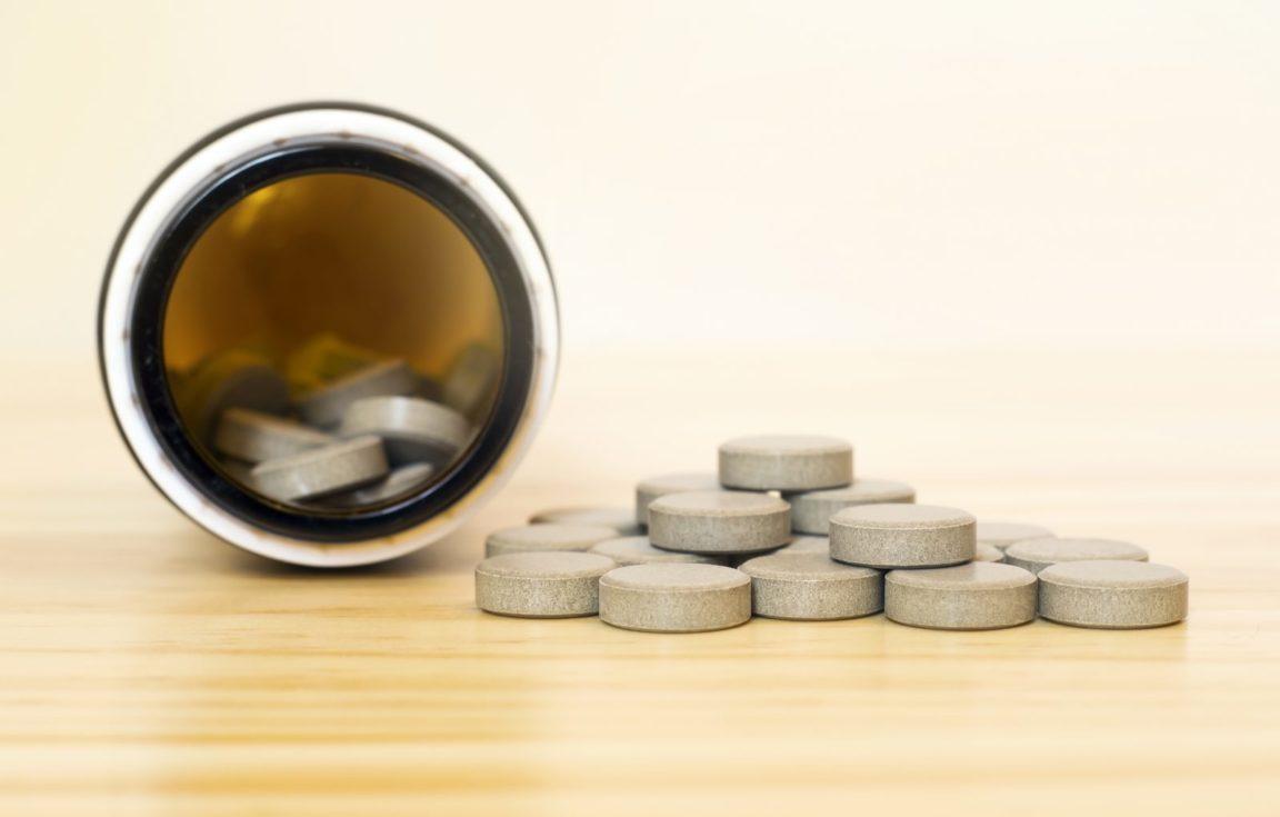 Vitamina para cachorro: vidro de tabletes polivitamínicos para suplemento alimentar canino.