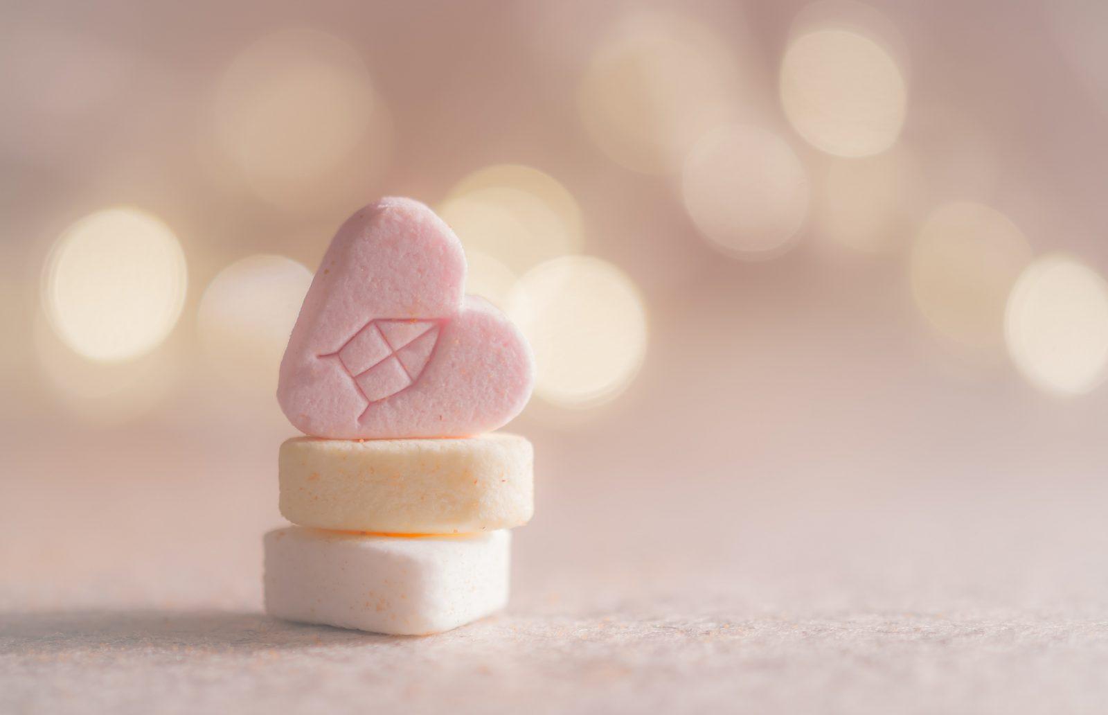 Vitamina para cachorro: amóstra de tablete de vitamina sintética em formato de coração